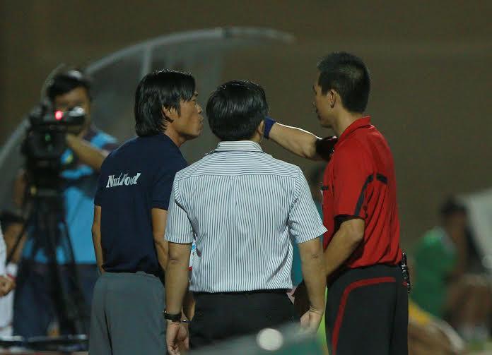 Trợ lý Trịnh Duy Quang bị phạt 5.000.000 đồng và cấm chỉ đạo 2 trận kế tiếp vì lỗi phản ứng.