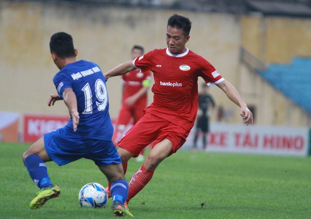 Viettel (đỏ) sẽ có cuộc so tài với đối thủ nhiều duyên nợ Nam Định trên sân nhà