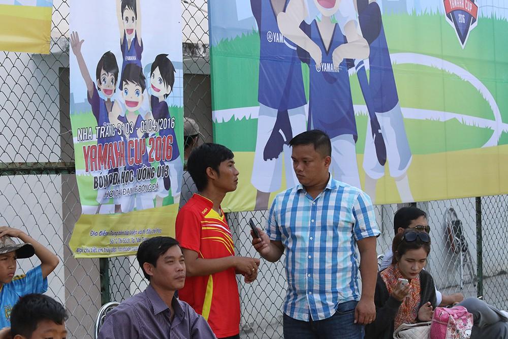 HLV Lê Văn Nam trường THCS Mai Xuân Thưởng chia sẻ những khó khăn khi tham dự giải