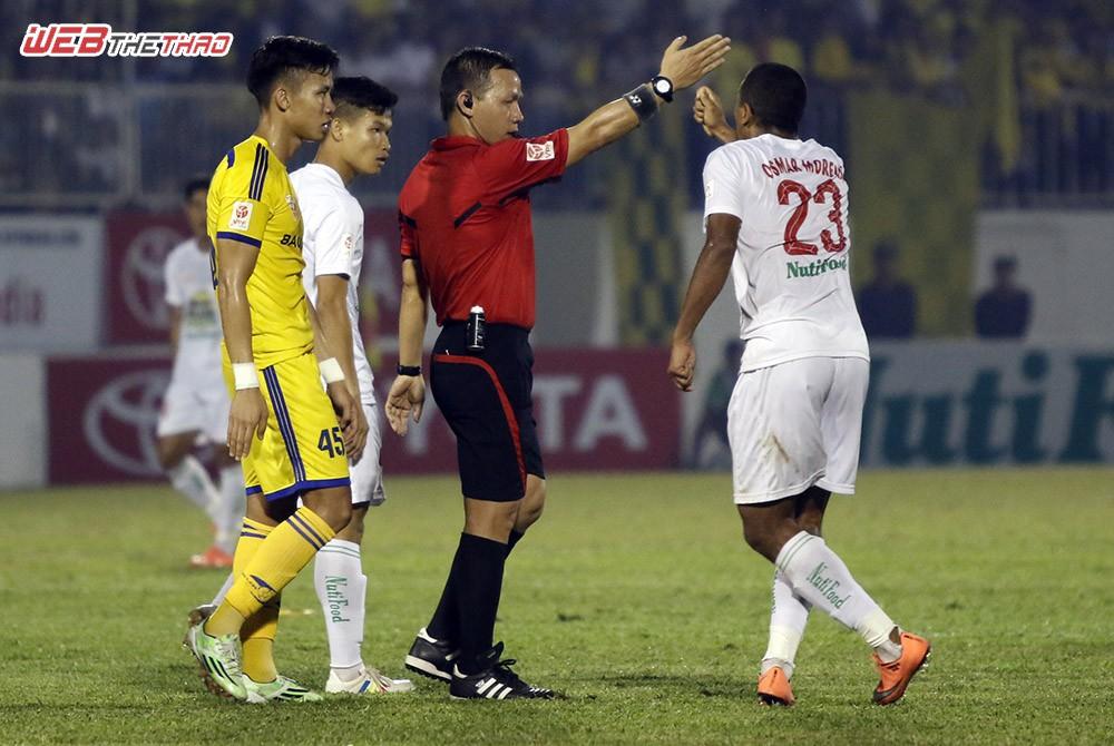 Osmar phản ứng với trọng tài chính Nguyễn Trung Kiên và cho rằng Quế Ngọc Hải phải nhận thẻ vàng thứ 2 rời sân. Ảnh: Anh Khoa.