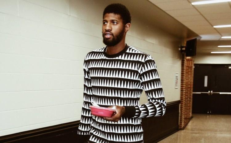 Tin NBA ngày 1/1: Nguyên cây pijama của Paul George từ áo cho tới quần đều có họa tiết lạ mắt.