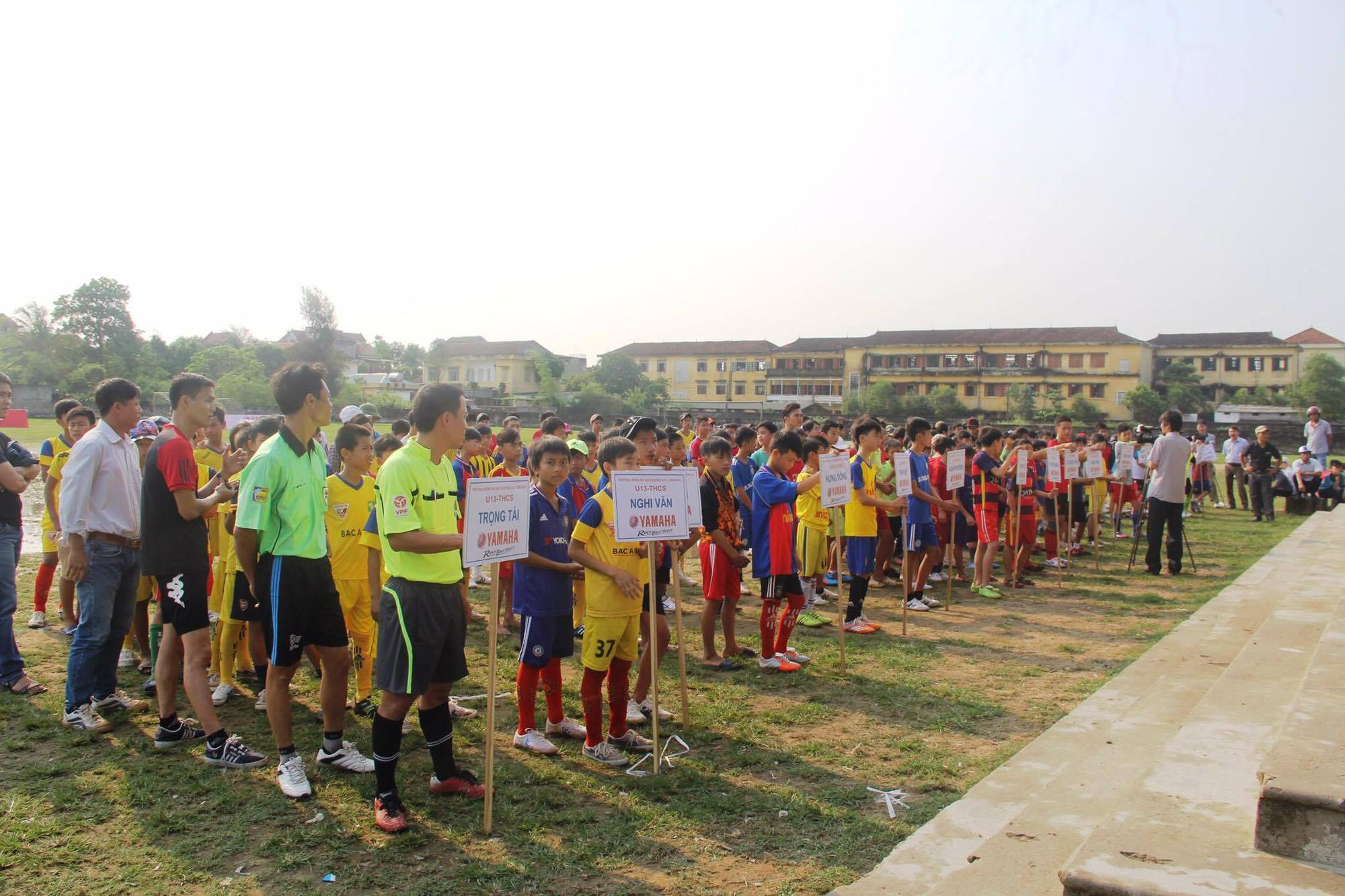 Huy Hoàng đội nắng tuyển quân ở vòng loại Nghệ An