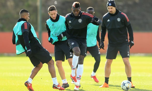 Pogba trên sân tập chuẩn bị cho trận gặp Sevilla