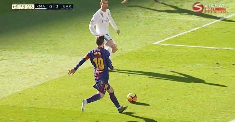 Messi kiến tạo cho Vidal lập công với chân phải không giày