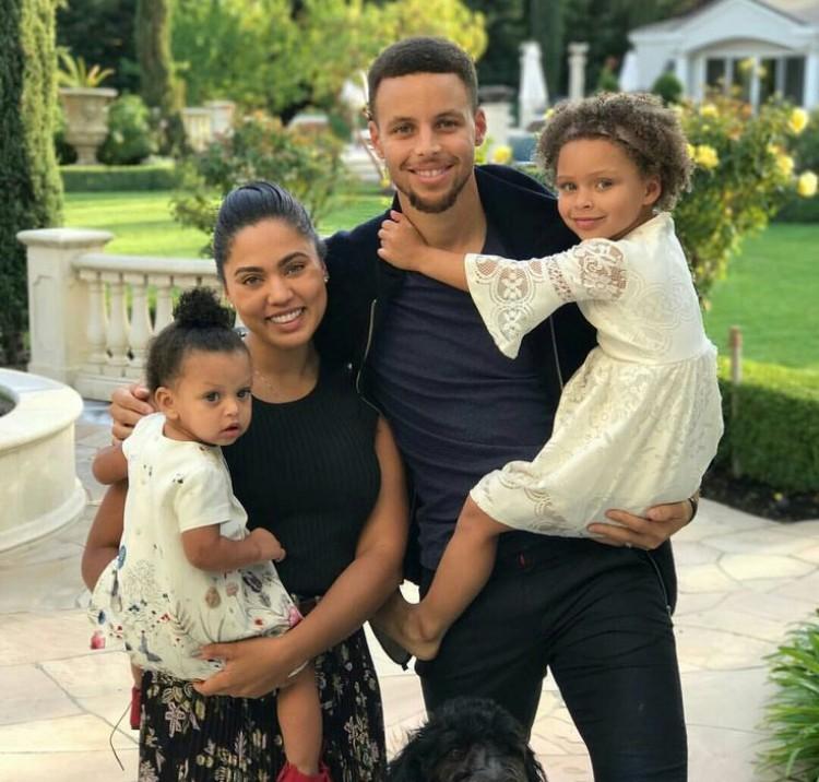 Tin NBa ngày 4/2: Gia đình Curry hiện nay.