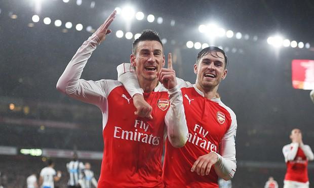 Arsenal lên ngôi đầu