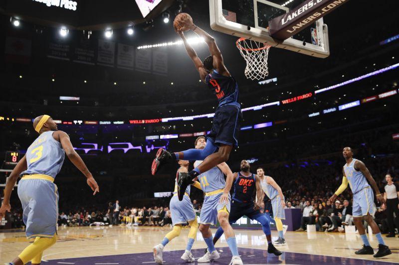 Tin NBA ngày 5/1: 5 cầu thủ Lakers đứng nhìn Jeremy Grant úp rổ.
