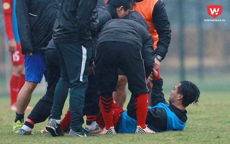 Công Phượng bị lật cổ chân trái trong buổi tập chiều 27/12 cùng U23 Việt Nam. Hình ảnh: Hải Đăng.