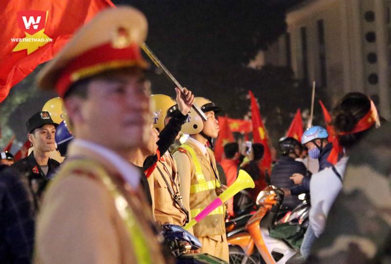 Họ vẫn giữ nguyên sự nghiêm túc và tập trung trong công việc dù chiến thắng của U23 Việt Nam đem lại cảm xúc hạnh phúc rất lớn.