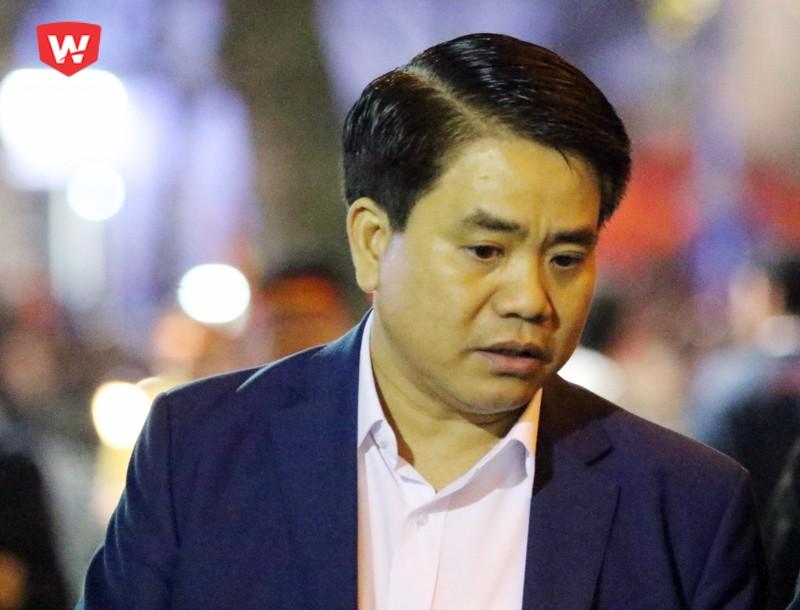 Chủ tịch UBND TP Hà Nội, ông Nguyễn Đức Chung, có mặt ở khu vực hồ Hoàn Kiếm. Chủ tịch Thành phố yêu cầu các lực lượng an ninh đảm bảo trật tự, để người dân được ăn mừng một cách an toàn trong đêm nay.
