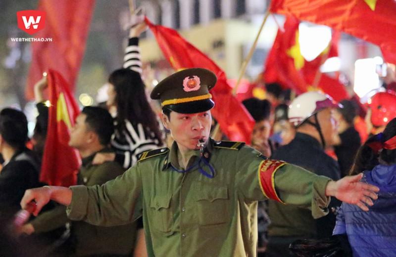 Lực lượng dân phòng cũng được điều động để đảm bảo trật tự, đặc biệt ở các tuyến phố cổ cũng như khu vực hồ Hoàn Kiếm.