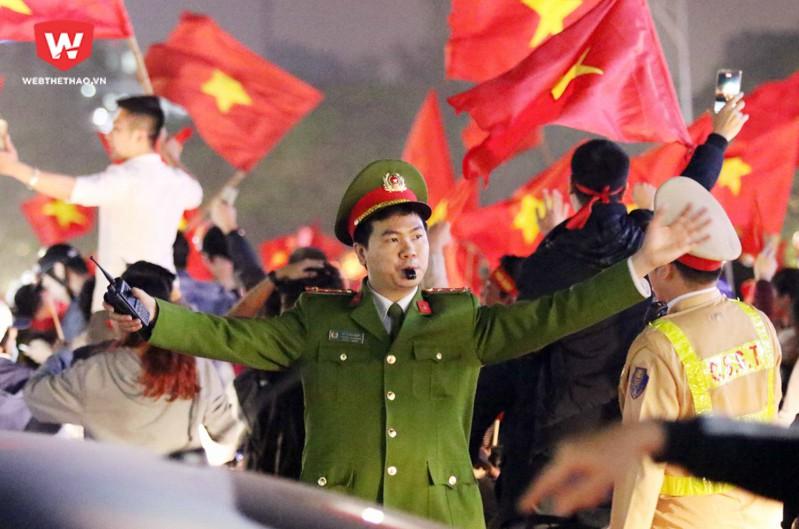 Các chiến sĩ công an liên tục phải làm nhiệm vụ, điều phối các đoàn diễu hành do người hâm mộ tự tạo nên.