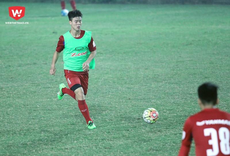 Các trung vệ của U23 Việt Nam đang phải nỗ lực cải thiện điểm yếu trong bóng bổng và sự đòi hỏi cao về kỹ năng ở sơ đồ 3-4-3. Hình ảnh: Trung Thu.
