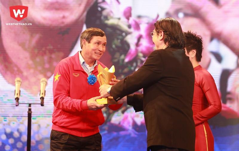 HLV Mai Đức Chung được vinh danh ở hạng mục HLV của năm Cúp Chiến thắng 2017. Hình ảnh: Hải Đăng.