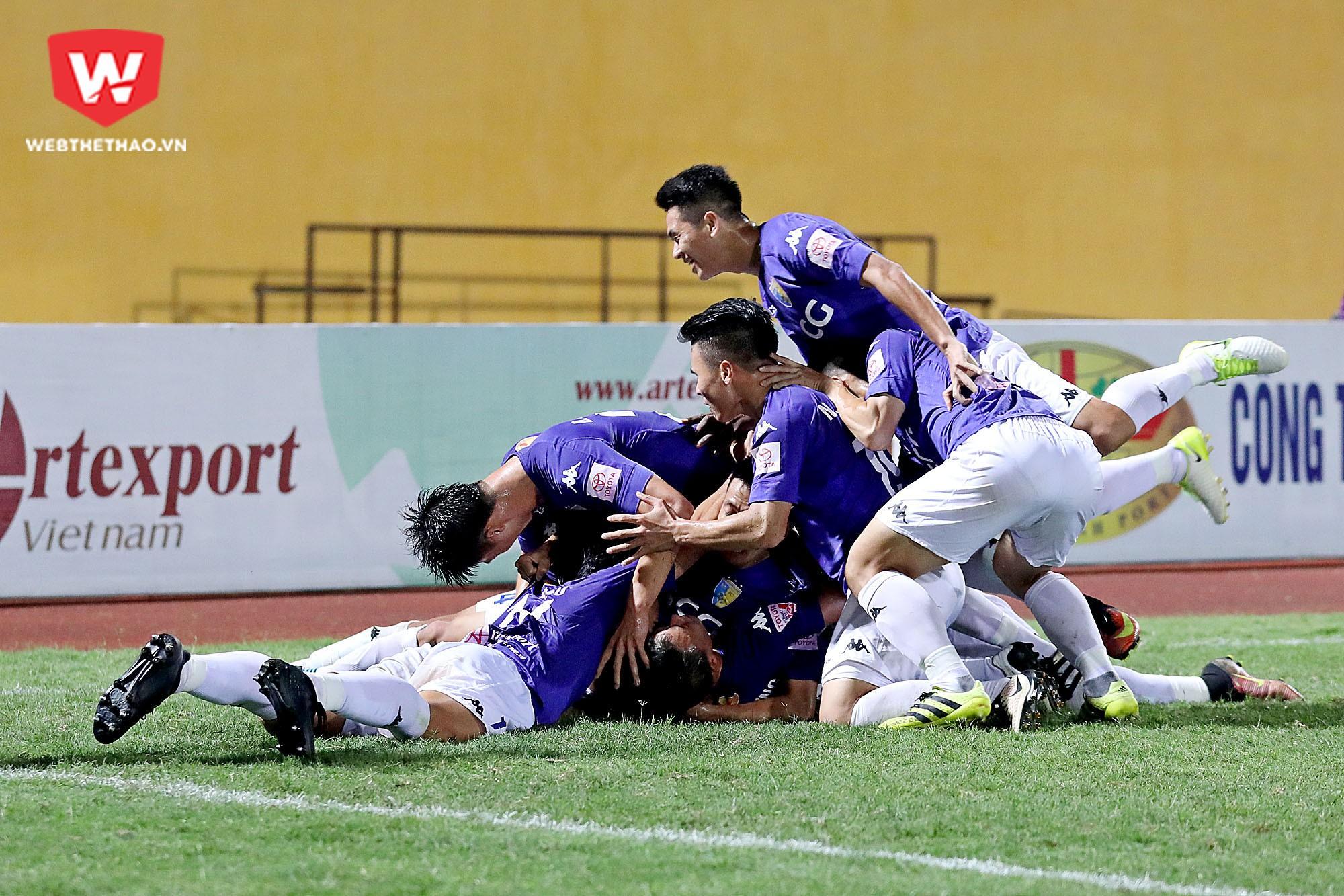 Hà Nội FC đứng trước cơ hội lần thứ hai liên tiếp vô địch V.League 2017. Ảnh: Hải Đăng.