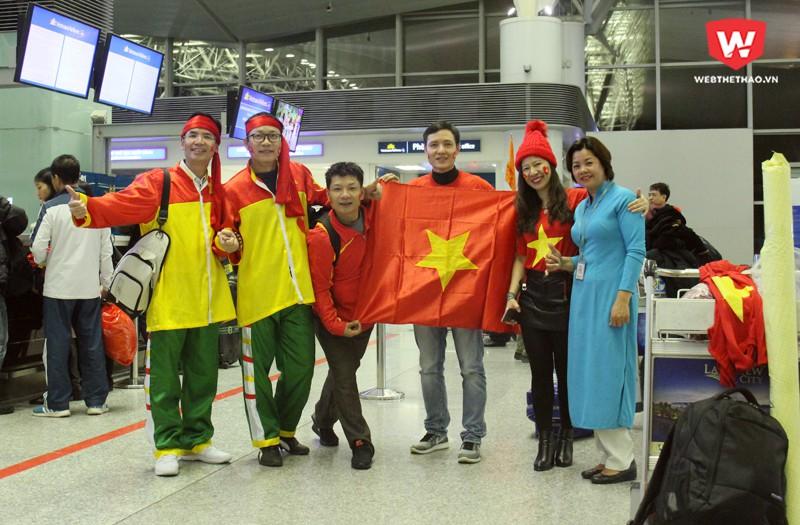 Anh Hiệp (ngoài cùng trái) và trang phục thể hiện sự gắn kết giữa hai nước Việt Nam và Hàn Quốc. Hình ảnh: Trung Thu.
