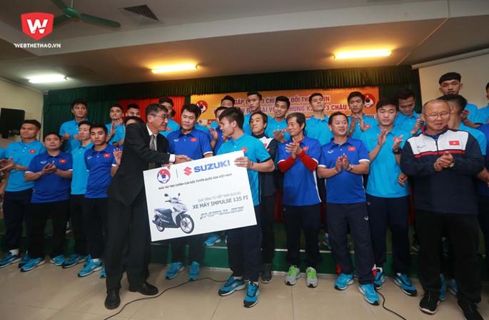 U23 Việt Nam đã nhận được số tiền và các hiện vật khác với tổng giá trị gần 35 tỷ đồng. Hình ảnh: Hải Đăng.