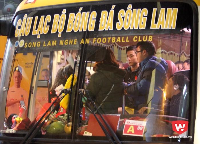 Văn Đức ngồi ở đầu xe để ký tặng người hâm mộ. Hình ảnh: Trung Thu.