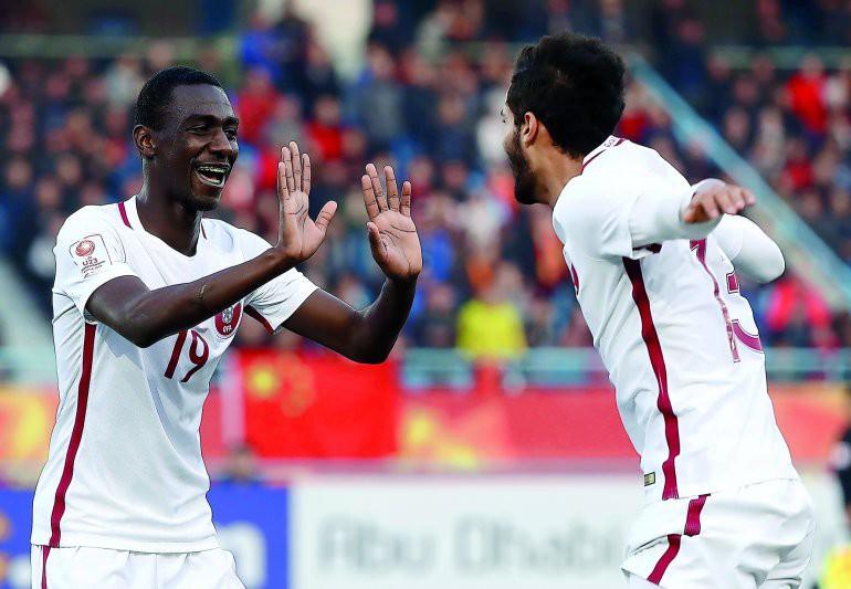 Almoez Ali (trái) được ví như viên ''kim cương đen'' của bóng đá Qatar.