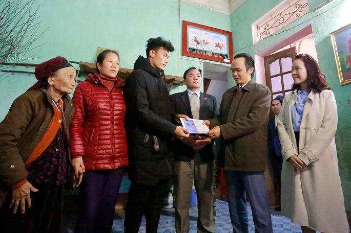 Bầu Quyết trao thưởng cho thủ môn Bùi Tiến Dũng. Hình ảnh: Facebook Trịnh Văn Quyết.
