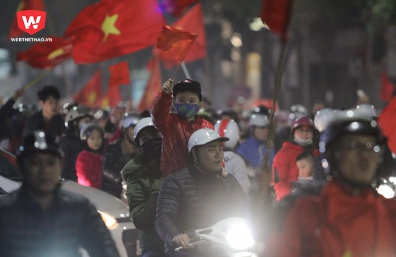 Có lẽ từ sau chức vô địch AFF Cup 2008, người hâm mộ bóng đá Việt Nam mới được sống trong không khí lễ hội như thế này. Cảm ơn đội tuyển U23 Việt Nam! Hình ảnh: Trung Thu.
