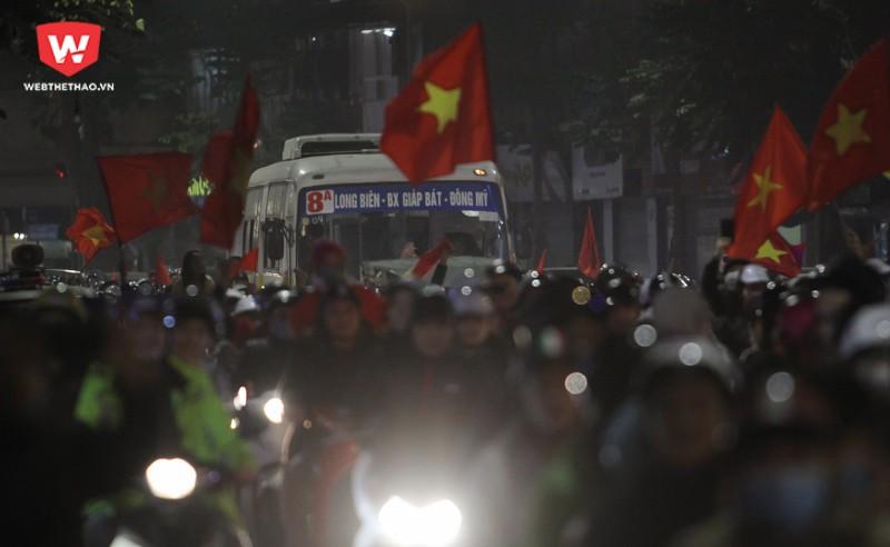 Dọc theo Phố Huế, lũ lượt xe máy kéo về con đường này để ăn mừng chiến thắng. Nửa tiếng sau khi trận đấu kết thúc, Phố Huế hoàn toàn thất thủ. Những xe lớn như xe buýt gần như bất động trên phố. Hình ảnh: Trung Thu.
