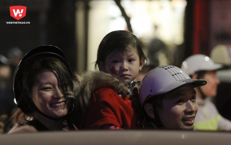 Những đứa trẻ đi theo bố mẹ ngơ ngác không hiểu chuyện gì đang xảy ra. Hình ảnh: Trung Thu.