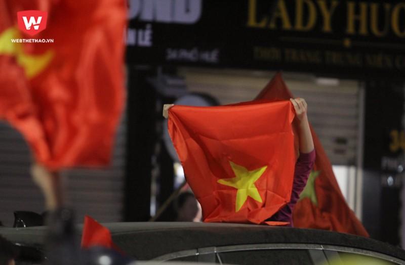 Người hâm mộ mang theo cờ Tổ quốc, băng rôn, kèn, trống,... đổ về các con phố chính ở trung tâm thủ đô Hà Nội như Phố Huế, Nguyễn Hữu Huân, Hai Bà Trưng. Hình ảnh: Trung Thu.