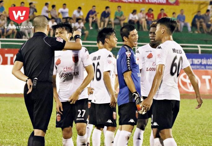 Sự cố sân Thống Nhất khiến Quang Thanh và Minh Nhựt bị cấm tham gia các hoạt động bóng đá do VFF quản lý và tổ chức trong 2 năm. Hình ảnh: Văn Nhân.