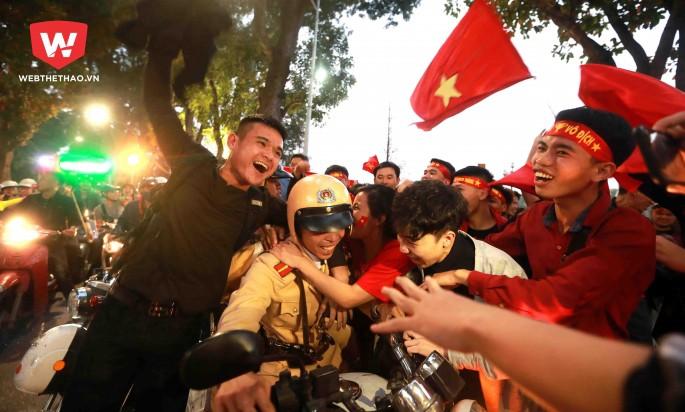 Những hình ảnh này liên tục được ghi lại trong buổi chiều tối ngay sau khi U23 Việt Nam đánh bại U23 Qatar. Hình ảnh: Hải Đăng.
