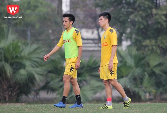 Văn Quyết (trái) sẽ dẫn dắt lứa Đình Trọng (phải), Quang Hải, Duy Mạnh, Đức Huy,... ở V.League 2018. Hình ảnh: Trung Thu.