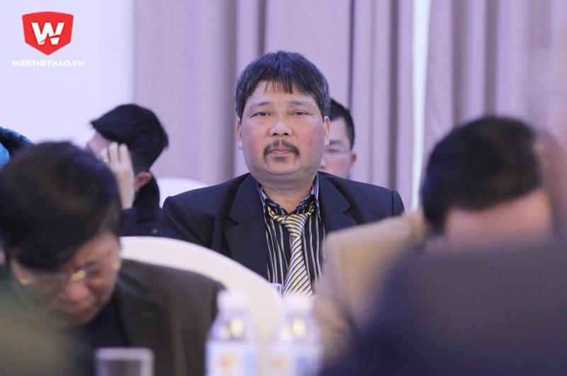 Cựu trọng tài Dương Mạnh Hùng chất vấn Trưởng Ban trọng tài VFF, ông Nguyễn Văn Mùi. Hình ảnh: Trung Thu.