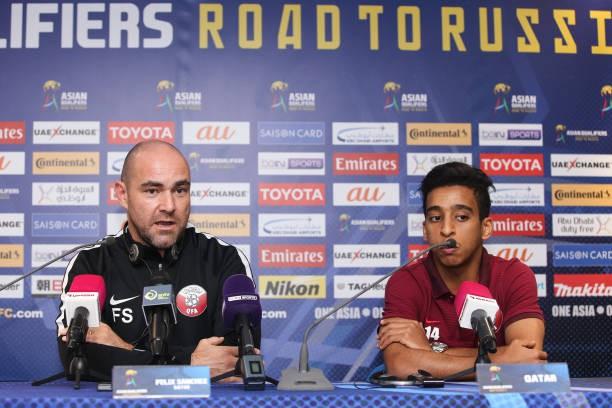 HLV Felix Sanchez (trái) đứng đằng sau lối chơi ấn tượng của U23 Qatar.