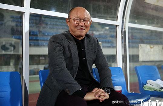 HLV Park Hang Seo luôn giữ một cuốn sổ ghi chép lại những câu nói của HLV Guss Hiddink khi cả hai còn làm việc tại World Cup 2002. Hình ảnh: Getty Images.