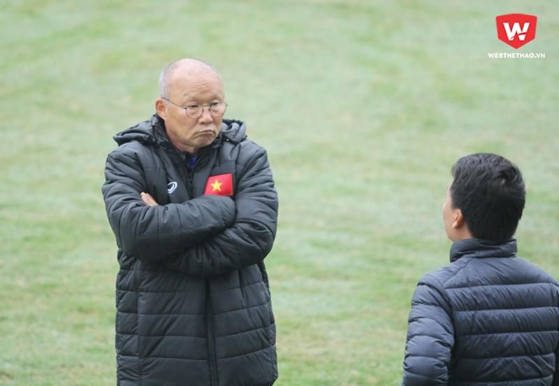 HLV Park Hang Seo nhờ cán bộ truyền thông VFF thông báo cho các phóng viên đây là buổi tập kín và cho phép tác nghiệp trong 30 phút. Hình ảnh: Trung Thu.