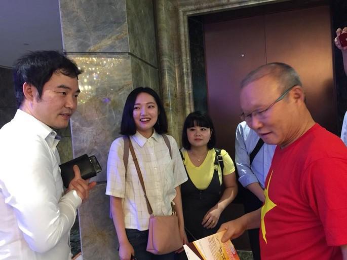 HLV Park Hang Seo rạng rỡ vì có con trai tới Việt Nam thăm. Hình ảnh: Lê Huy Khoa Kanata.