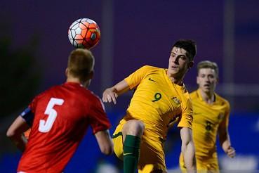 Deni Juric (áo vàng) là 1 trong 8 cầu thủ của U23 Australia đang thi đấu ở châu Âu.