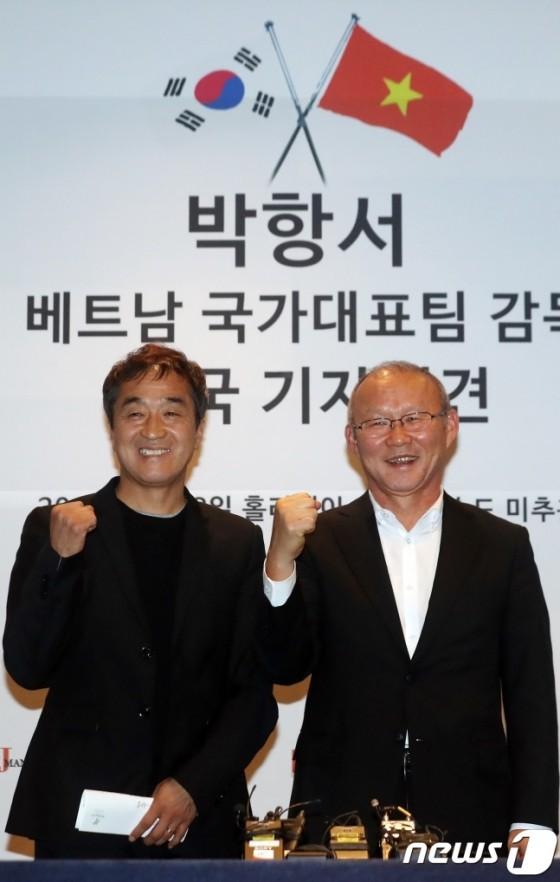 HLV Lee Young Jin (trái) đã bị thuyết phục bởi sự táo bạo và niềm tin của HLV Park Hang Seo.