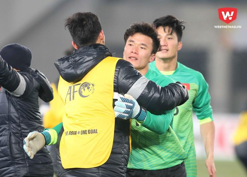 Thủ môn Bùi Tiến Dũng tiếp tục là người hùng trên chấm phạt đền của U23 Việt Nam. Hình ảnh: Anh Khoa.