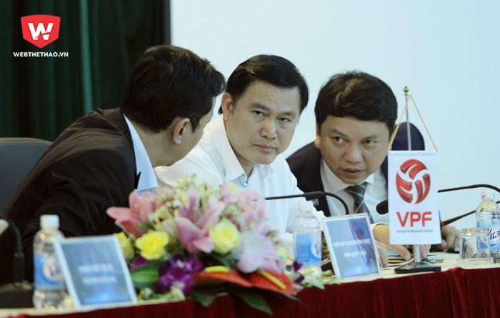 Chủ tịch VPF, ông Trần Anh Tú (giữa) đang đẩy mạnh giải quyết vấn đề kiếm tiền cho V.League từ bản quyền truyền hình. Hình ảnh: Trung Thu.