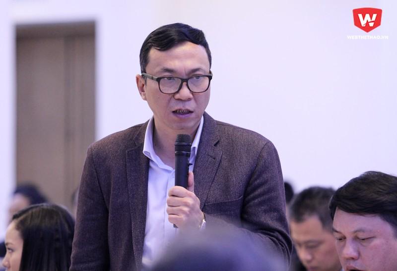 Phó Chủ tịch VFF, Trần Quốc Tuấn, là người trả lời nhiều câu hỏi chất vấn nhất tại Hội thảo Phát triển bóng đá Việt Nam chiều 13/1. Hình ảnh: Trung Thu.
