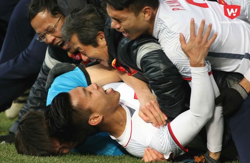 U23 Việt Nam ăn mừng đầy cảm xúc sau khi lọt vào trận chung kết U23 châu Á 2018. Hình ảnh: Anh Khoa.