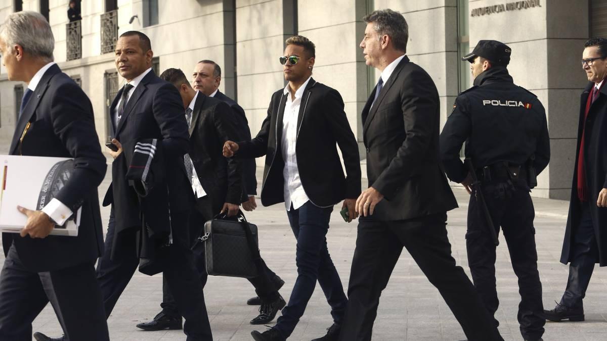 Hình ảnh: Cha con Neymar đến tòa án xét xử trốn thuế