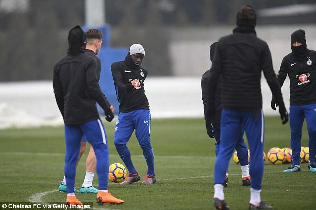 Hình ảnh: Kante ngất xỉu trên sân tập của Chelsea