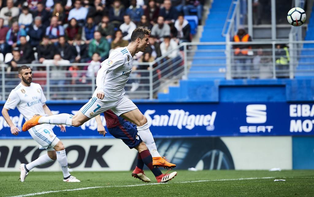 Hình ảnh: Ronaldo đánh đầu ghi bàn trước Eibar từ cú chạm đầu tiên