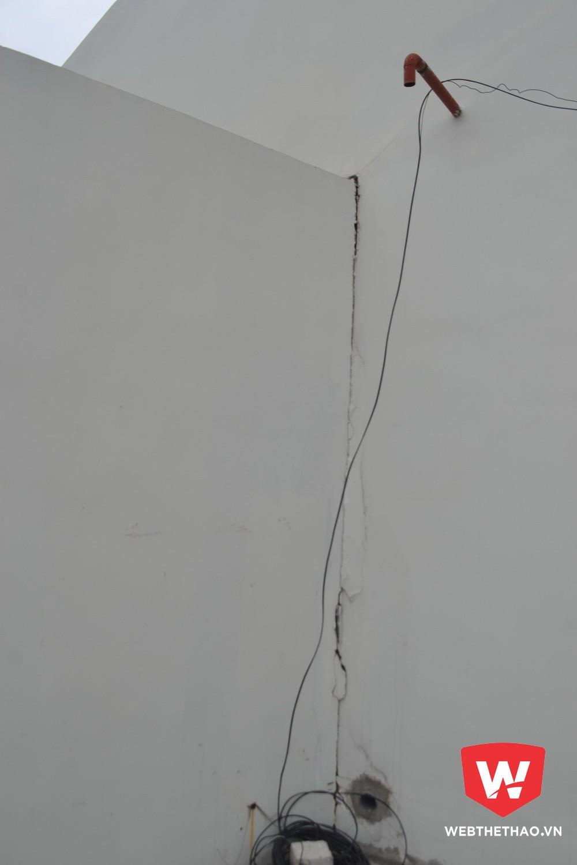 Điểm nối hai bờ tường xuất hiện vết nứt. Ảnh: Trần Khánh