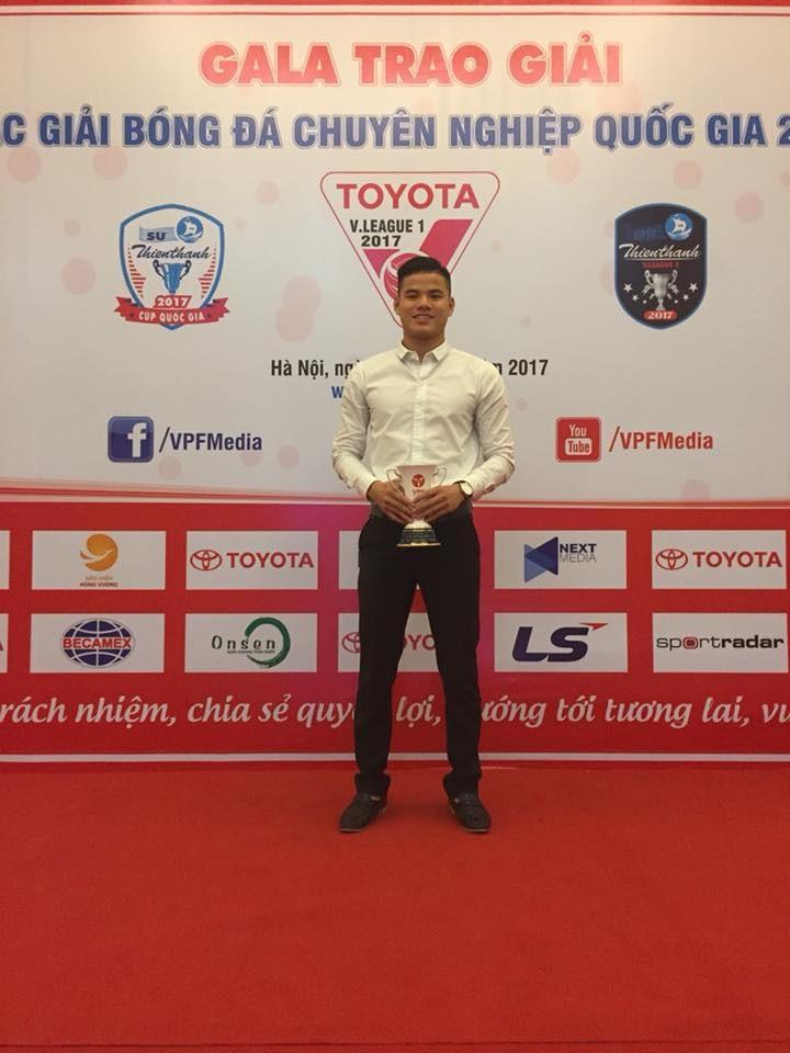 Thủ thành sinh năm 1993 nhận giải thưởng Cầu thủ xuất sắc nhất của CLB bóng đá Huế ở giải hạng Nhất 2017.