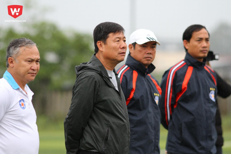 Trợ lý Trương Văn Lợi (đội mũ) là một trong những ứng viên cho chiếc ghế nóng ở đội chủ sân Hòa Xuân. Ảnh: Dương Anh