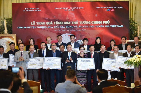 Thủ tướng Nguyễn Xuân Phúc tham dự lễ trao quà tặng cho 20 huyện nghèo trên cả nước từ kinh phí thu được qua đấu giá áo, bóng U23 Việt Nam. Ảnh: VPG