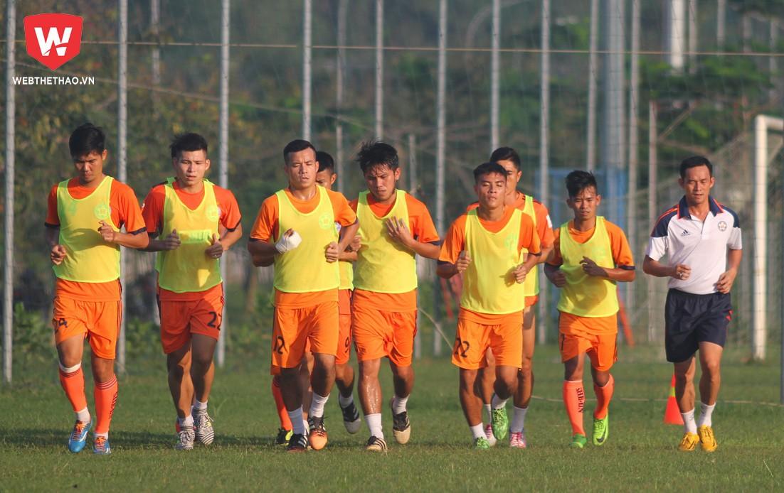 Trợ lý Vũ Phong cùng các ''đàn em'', những người mà mùa giải trước là đồng đội của nhau. Ảnh: Dương Nam